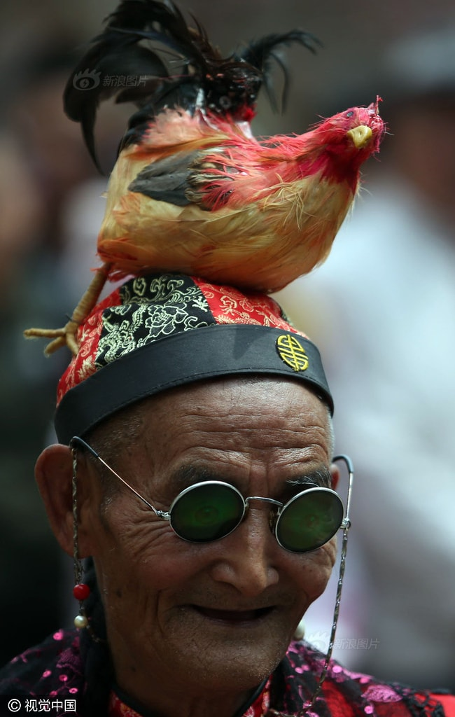 Cụ ông 74 tuổi cải trang thành phụ nữ để chiều lòng mẹ già 96 - ảnh 2