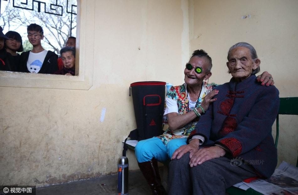 Cụ ông 74 tuổi cải trang thành phụ nữ để chiều lòng mẹ già 96 - ảnh 8