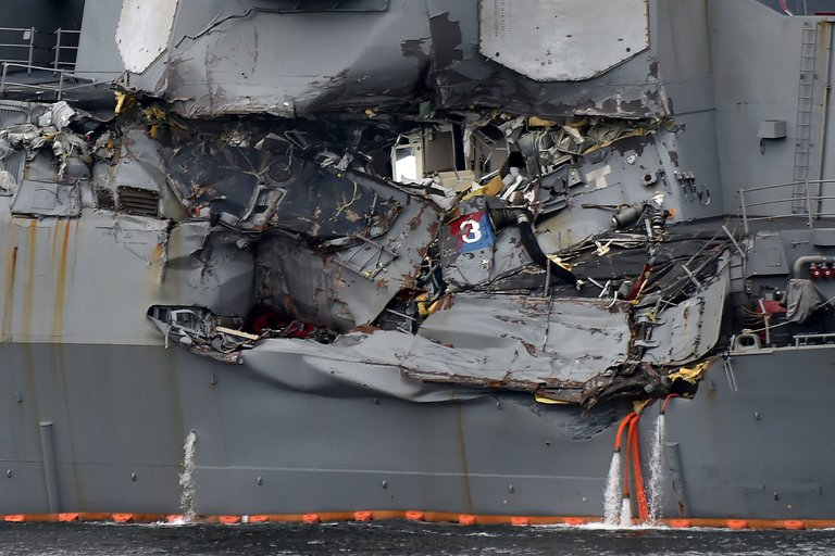 Giây phút hoảng loạn khi chiến hạm Mỹ đâm tàu hàng - ảnh 2