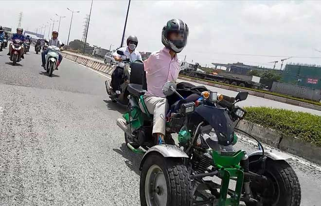 Sốc với hình ảnh người đàn ông không tay chạy xe máy tự chế trên phố SG - ảnh 1
