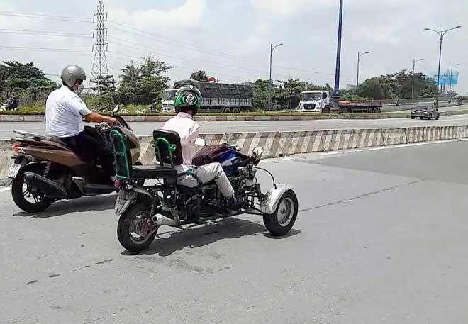 Sốc với hình ảnh người đàn ông không tay chạy xe máy tự chế trên phố SG - ảnh 2