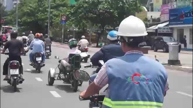 Sốc với hình ảnh người đàn ông không tay chạy xe máy tự chế trên phố SG