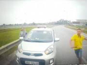 Tin tức trong ngày - Tài xế taxi đi ngược chiều, rút ống sắt dọa đánh người khai gì?