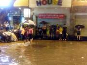 Tin tức trong ngày - HN: Mưa như thác đổ, nhiều tuyến phố biến thành sông