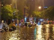 """Tin tức trong ngày - HN: Mưa lớn kéo dài, dân phố cổ lội """"sông"""" về nhà"""