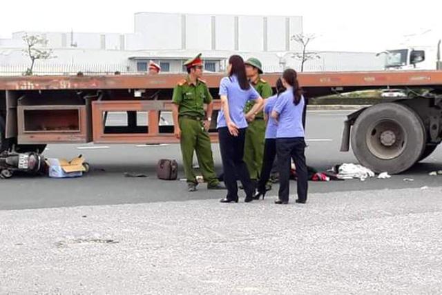 Va chạm xe container, chồng tử vong, vợ và 2 con nguy kịch - 1
