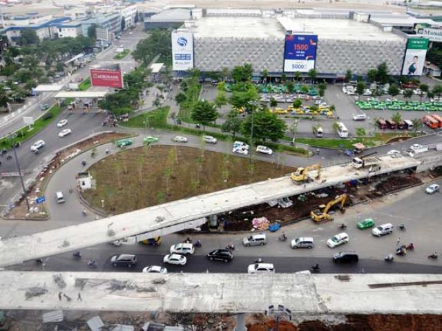 """Kẹt xe từ sáng đến trưa, người SG như """"hóa điên"""" ở Tân Sơn Nhất - 15"""