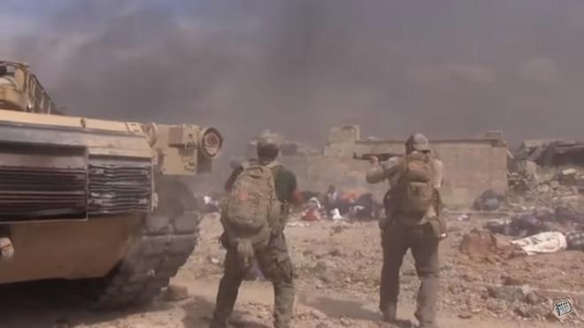 Video: Đặc nhiệm Mỹ lao giữa làn đạn IS cứu bé gái Syria - 1