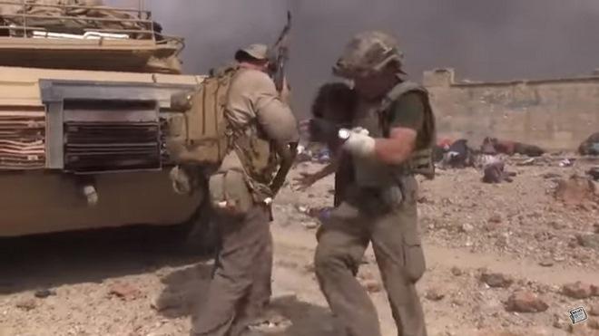Video: Đặc nhiệm Mỹ lao giữa làn đạn IS cứu bé gái Syria - 2