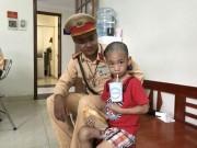 Tin tức trong ngày - CSGT Hà Nội giúp bé trai 5 tuổi bị lạc về với gia đình