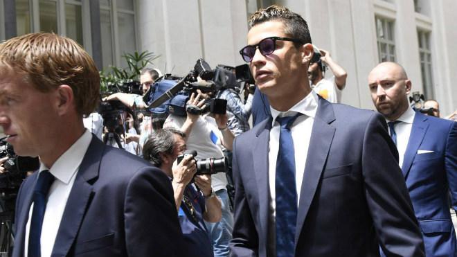 """Ronaldo bị """"Người phán xử"""" buộc tội, mất 1000 tỷ VNĐ chạy án"""