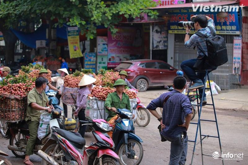 Những khoảnh khắc tác nghiệp thú vị của phóng viên ảnh - 11