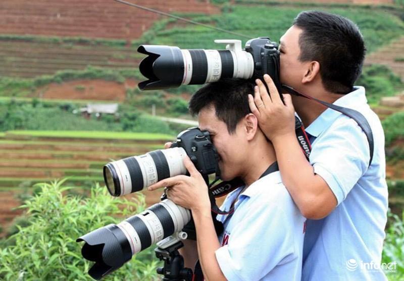 Những khoảnh khắc tác nghiệp thú vị của phóng viên ảnh - 18