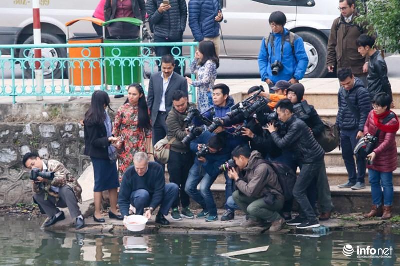 Những khoảnh khắc tác nghiệp thú vị của phóng viên ảnh - 3
