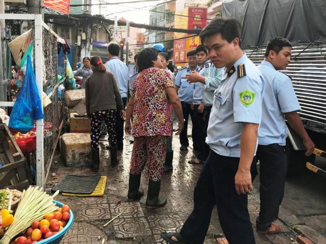 """TP.HCM: Phó chủ tịch phường bị tấn công khi """"dẹp loạn"""" vỉa hè"""