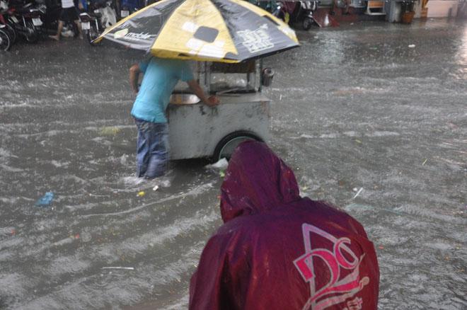 """Sài Gòn mưa 15 phút, nhiều tuyến phố thành """"sông"""" - 3"""