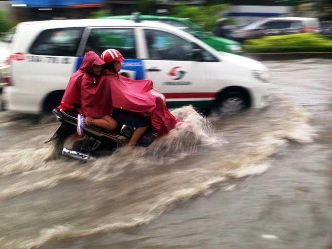 Mưa 1 giờ, Sài Gòn kẹt xe từ chiều đến tối - 2