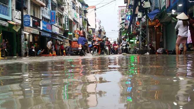 Mưa 1 giờ, Sài Gòn kẹt xe từ chiều đến tối - 4