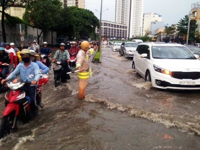Mưa 1 giờ, Sài Gòn kẹt xe từ chiều đến tối - 3