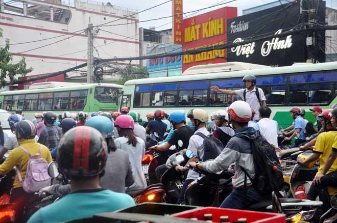 Mưa 1 giờ, Sài Gòn kẹt xe từ chiều đến tối - 11