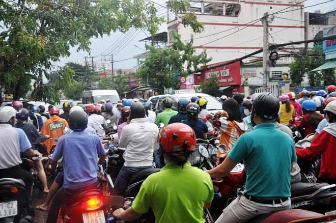 Mưa 1 giờ, Sài Gòn kẹt xe từ chiều đến tối - 12