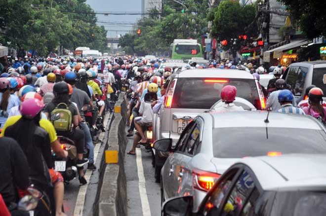 Mưa 1 giờ, Sài Gòn kẹt xe từ chiều đến tối - 9