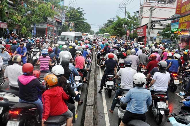Mưa 1 giờ, Sài Gòn kẹt xe từ chiều đến tối - 13