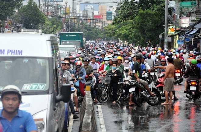 Mưa 1 giờ, Sài Gòn kẹt xe từ chiều đến tối - 10