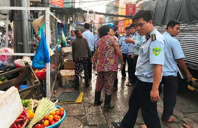 """Nóng 24h qua:""""Dẹp loạn"""" vỉa hè, Phó Chủ tịch phường bị tấn công - 1"""