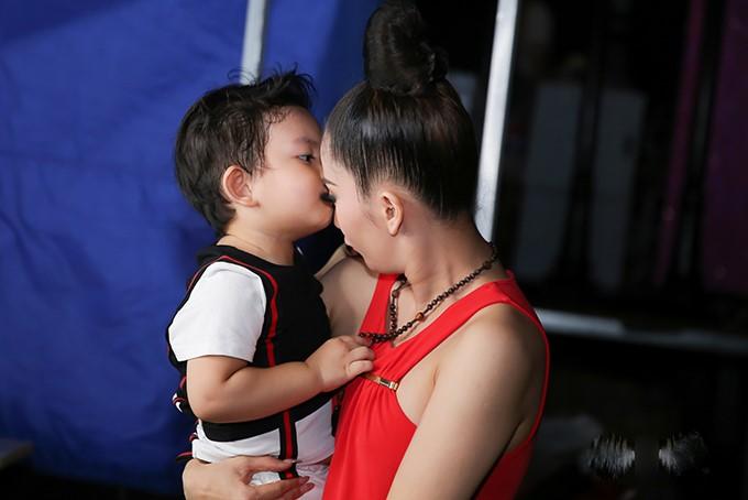 Hà Hồ, Khánh Thi đẹp bội phần trong khoảnh khắc đặc biệt sau cánh gà - 1