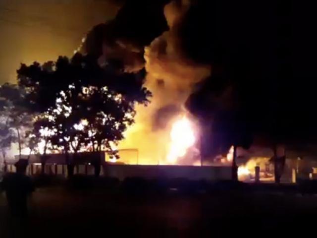 Cháy lớn trên giao lộ Hoàng Diệu- Nguyễn Tất Thành, quận 4 - 10