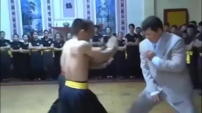 """Võ sư Vịnh Xuân gây sốc: """"Chấp"""" Nam Huỳnh Đạo dùng cước"""