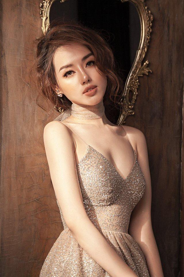 Bản sao Tâm Tít đẹp như nữ thần với váy mỏng, áo xẻ sâu - 1