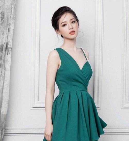 Bản sao Tâm Tít đẹp như nữ thần với váy mỏng, áo xẻ sâu - 4
