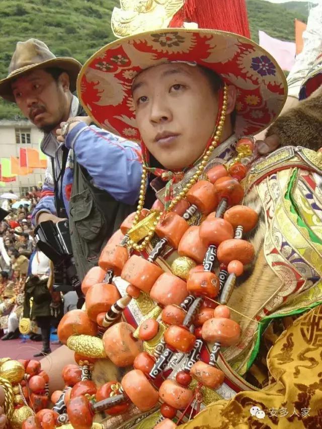Dân tộc toàn đại gia trát đầy vàng ngọc lên người ở Tây Tạng - 2