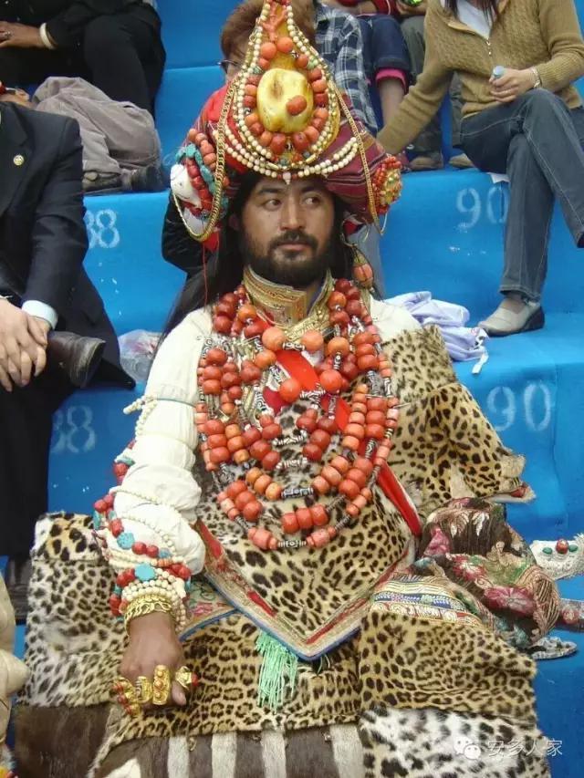 Dân tộc toàn đại gia trát đầy vàng ngọc lên người ở Tây Tạng - 1