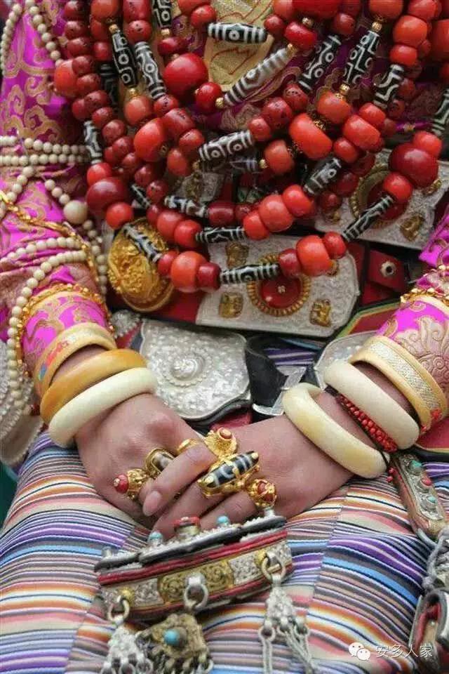 Dân tộc toàn đại gia trát đầy vàng ngọc lên người ở Tây Tạng - 8