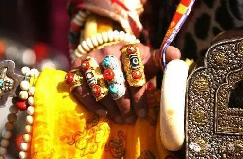 Dân tộc toàn đại gia trát đầy vàng ngọc lên người ở Tây Tạng - 5