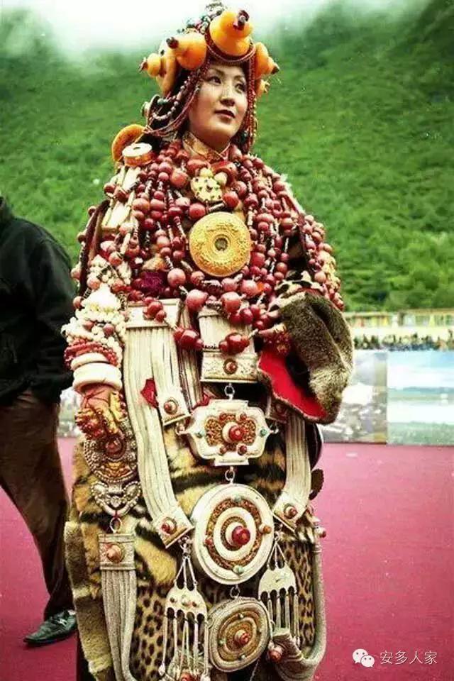 Dân tộc toàn đại gia trát đầy vàng ngọc lên người ở Tây Tạng - 11