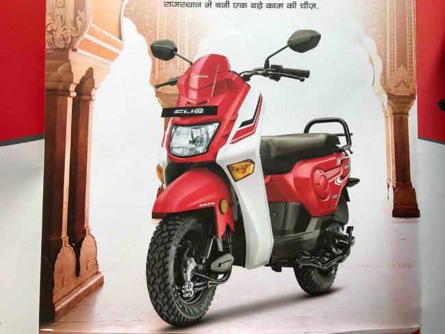 Sản phẩm này được phát triển với tư cách là xe ga tự động nhằm tối ưu hóa tiện ích, nhắm tới các vùng nông thôn của Ấn Độ và đã được trình diện bản concept thiết kế trước từ triển lãm 2016 Auto Expo. Ảnh phiên bản màu đỏ.