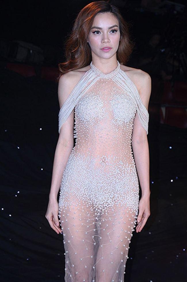 Bộ trang phục của Hồ Ngọc Hà rất dịu dàng và nữ tính nhưng khi bị ánh đèn flash chiếu vào thì trở nên xuyên thấu.