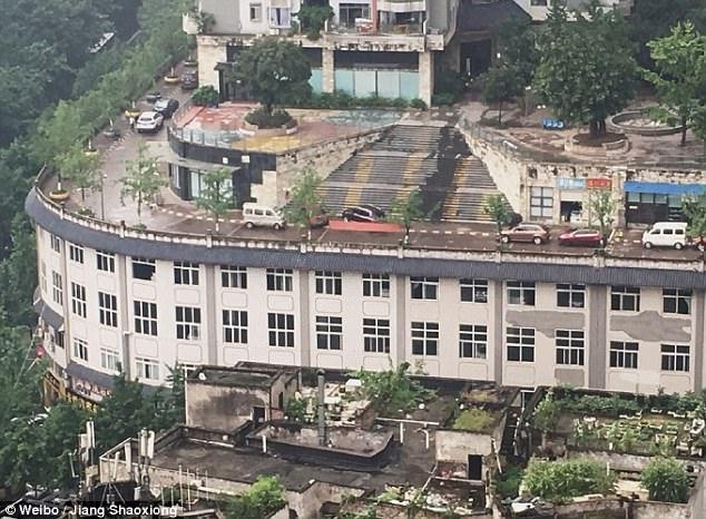 Kỳ lạ đường cho ô tô xây trên nóc nhà ở Trung Quốc - 1