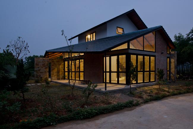 Công trình có diện tích 120m2, nằm trên một khu đất rộng, bao quanh là cây cối xanh mát và không gian yên bình.