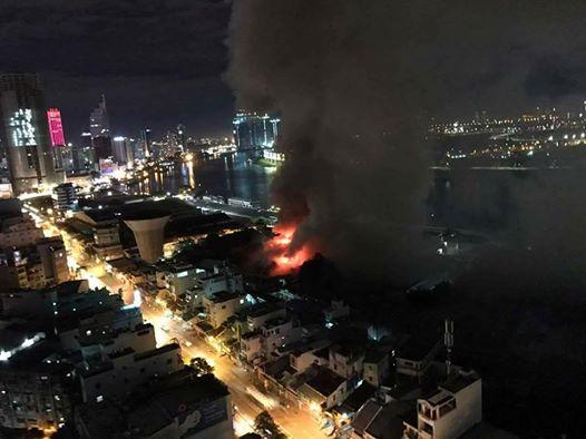 Cháy lớn trên giao lộ Hoàng Diệu- Nguyễn Tất Thành, quận 4 - 1
