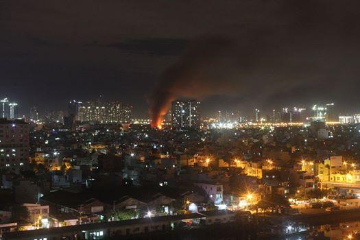 Cháy lớn trên giao lộ Hoàng Diệu- Nguyễn Tất Thành, quận 4 - 2