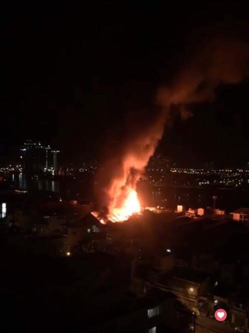 Cháy lớn trên giao lộ Hoàng Diệu- Nguyễn Tất Thành, quận 4 - 3