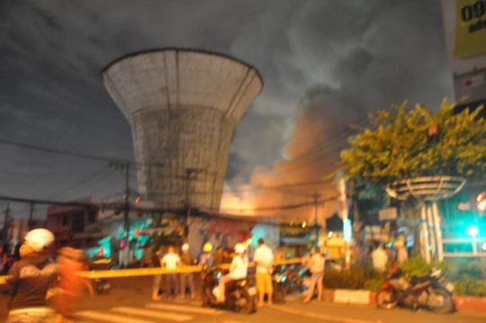 Cháy lớn trên giao lộ Hoàng Diệu- Nguyễn Tất Thành, quận 4 - 4