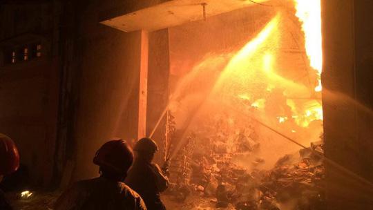 Cháy lớn trên giao lộ Hoàng Diệu- Nguyễn Tất Thành, quận 4 - 6