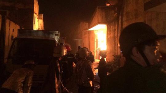 Cháy lớn trên giao lộ Hoàng Diệu- Nguyễn Tất Thành, quận 4 - 7