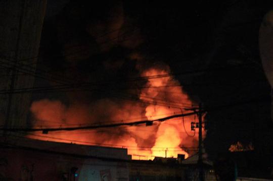 Cháy lớn trên giao lộ Hoàng Diệu- Nguyễn Tất Thành, quận 4 - 8